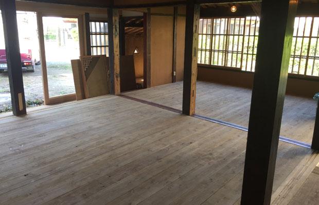 杉板の床張りが終わった〈kitorasu〉。