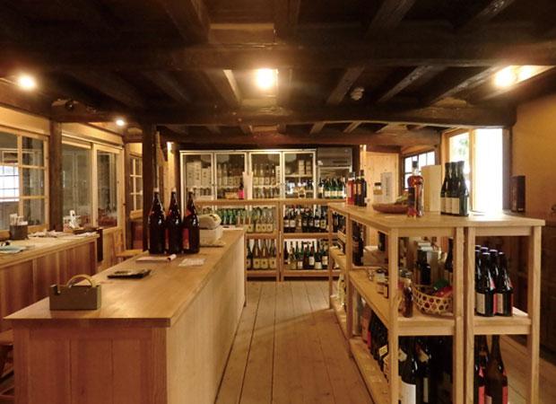 朝日屋酒店がオープン! 店内の棚や什器は、地元の家具作家・関内潔さん作。