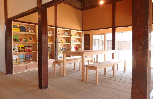 kitorasuには、居心地のよい関内潔さん作の杉の椅子やテーブルが。