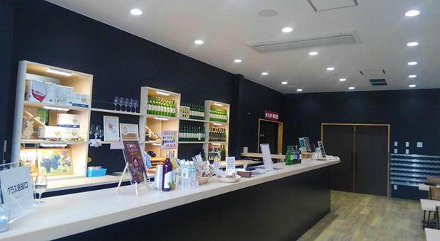 エーデルワインの直営店〈ワインシャトー大迫〉のテイスティングルームでは、厳選されたワインを有料で試飲できます! 売店にも無料のワイン試飲コーナーが用意されています。