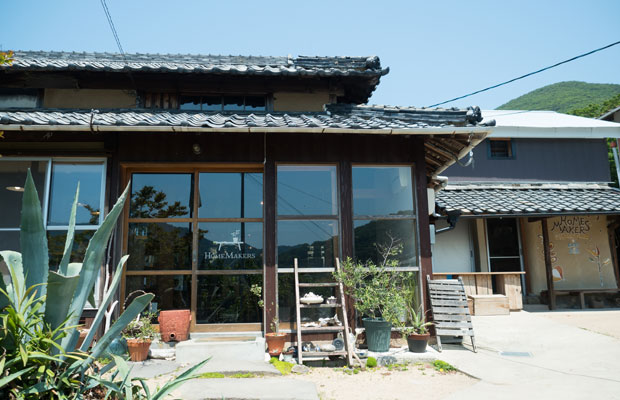 自宅の一部をカフェとして開いています。そのすぐ隣の建物が野菜の出荷作業場。