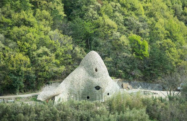 ワン・ウェンチー(王文志)さんによる『小豆島の恋』。竹でできた大きな作品の中に入れます。