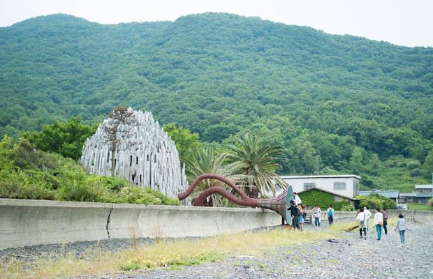広島市立大学芸術学部有志のみなさんによる『潮耳荘』。波や船の音を拾い集め建物の中に響かせる。