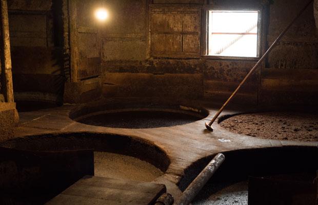 実際に醤油がつくられている木桶。