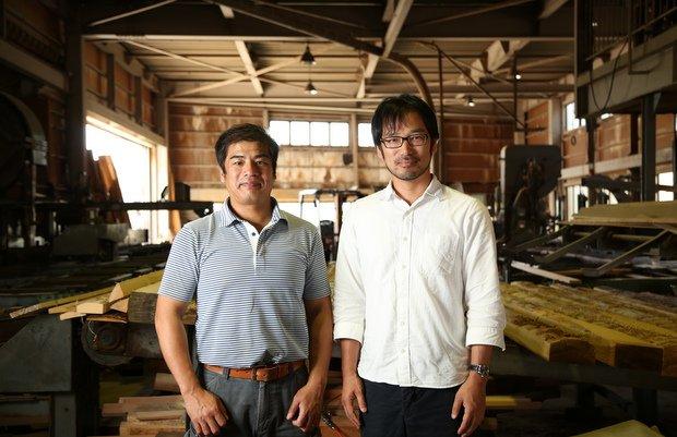 左が尾山製材の尾山嘉彦さん、右がプロダクトデザイナーの山﨑義樹さん。