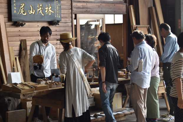 倉庫参観日でRetReの商品を興味深そうに眺める参加者たち。(筆者撮影)
