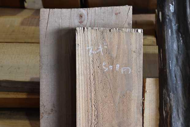 尾山製材の倉庫で一般の参加者に売られている材木。(筆者撮影)