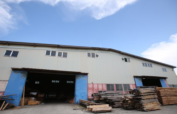 尾山製材の工場。一般の人に向けて倉庫参観日が定期的に開催される。