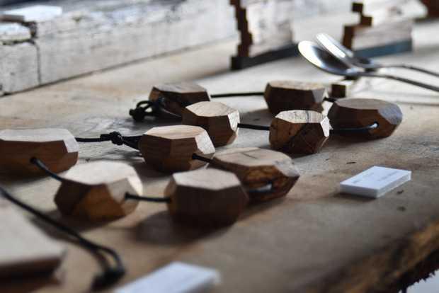 RetReの〈虫喰いの鍋敷き(ブロック)〉。ひもを絞りブロックをまとめて壁に掛ければ、木目の美しいインテリアになる。(筆者撮影)