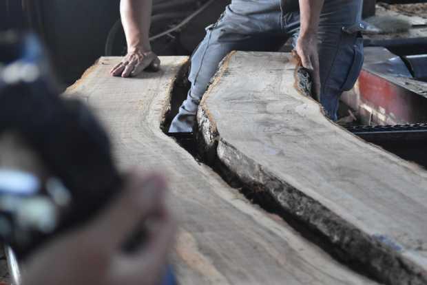 倉庫参観日のメインイベント「原木解体ショー」で公開された製材の様子。(筆者撮影)