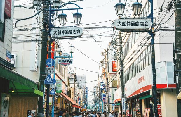 〈杉本薬局〉がある大船は、下町情緒が漂うエリア。有名な観光スポットこそ少ないが、商店や飲食店が集まる鎌倉随一の商業地区で、昼夜問わず人々が行き交う活気に溢れたまちだ。
