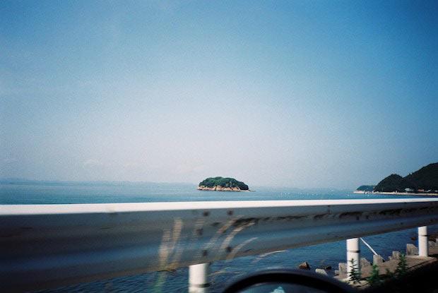石田真澄さんの写真展  「KUSAMAKURA  -the three-cornered world-」が  香川県小豆島の〈うすけはれ〉で開催中