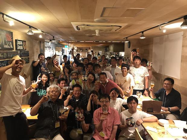 市民メンバーと醸造家が集まって乾杯