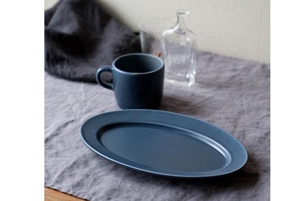 〈ソルベ オーバルプレート 青〉。2019年限定カラー。深みのある青が食卓のアクセントになってくれます。