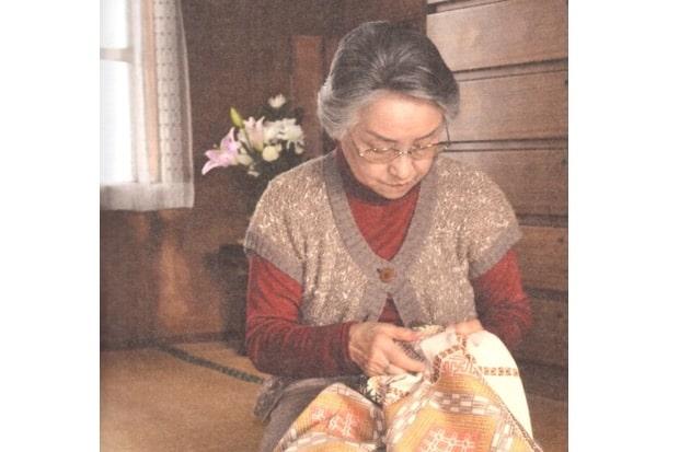 こぎんを刺す福田カヨ子さん
