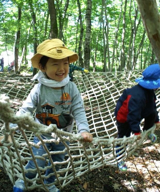 豊かな樹々に包まれてお子さんがのびのびと楽しめる〈イコロの森のプレーパーク〉。森に入る装いと軍手があれば当日参加OK。