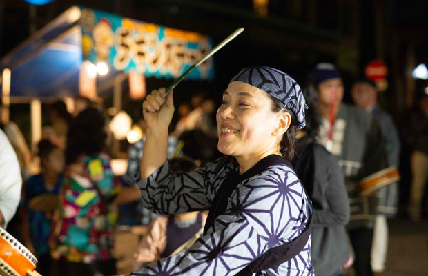 雑司が谷生まれ育ちの人たちの、太鼓を叩く身のこなしは独特。(写真:鈴木竜一朗)