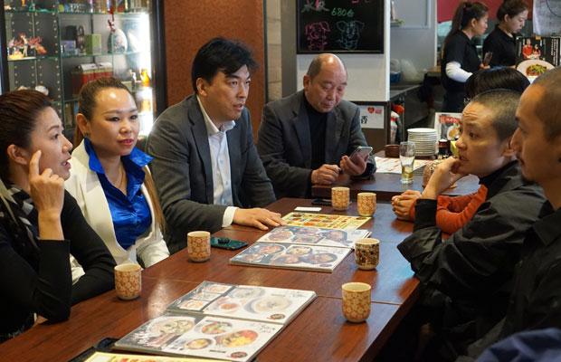 インタビューは池袋駅西口のビル8階にある中華料理屋で行われた。