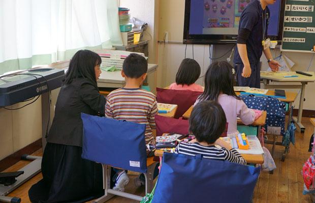 通訳が児童のすぐ隣につき、先生の日本語を訳しながら、学習をサポートする。
