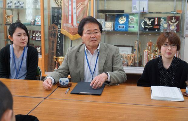 先生たち。小学校での日本語指導は前例が少ないため、自分たちで講習などを受け、工夫を重ねている。