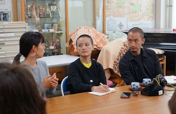 左から、通訳・サポートの井上知子さん、シャオクゥ、ツゥハン。