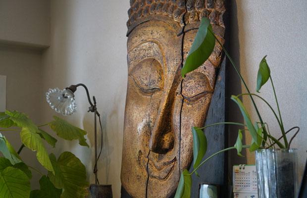 部屋に飾られていた仏様のレリーフ。どこの国でつくられたものだろう?