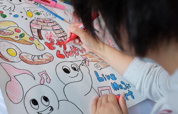 アート専攻の学生も参加して、プレゼンシートを制作。模造紙に楽しげな絵をたくさん描いたグループも。