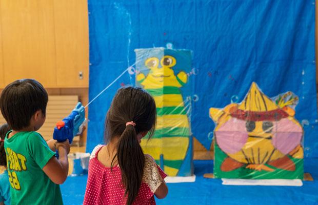 金魚すくいのアミをダンボールでつくったキャラクターに取りつけて、水鉄砲で的あてゲーム。(撮影:tacaё)
