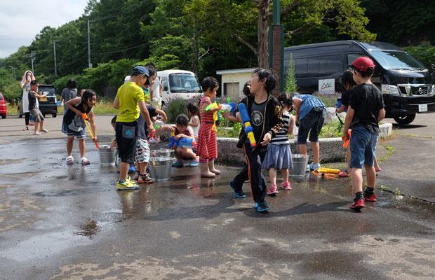 予想以上に子どもたちが集まり、水鉄砲のゲームは外へと移動。思いっきり遊び回った。