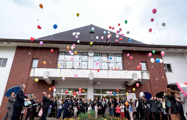 小学校の閉校式の様子。開校から115年ということで、115個の風船を飛ばして学校とのお別れをした。(撮影:佐々木育弥)