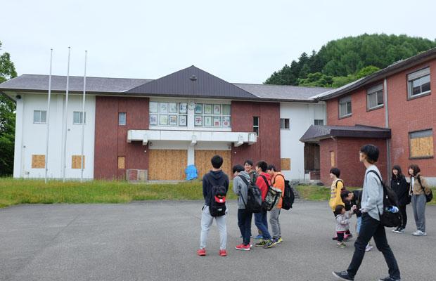 宇田川先生は、芸術・スポーツビジネス専攻の教授。毎年1年生を美流渡に引率し、フィールドワークも行っている。こうしたつながりから「万字線プロジェクト」が生まれていった。
