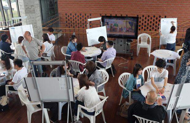2回のセミナーが行われたのは岩見沢駅にある有明交流センターというオープンスペース。グループに分かれて、小中学校の活用方法が話し合われた。