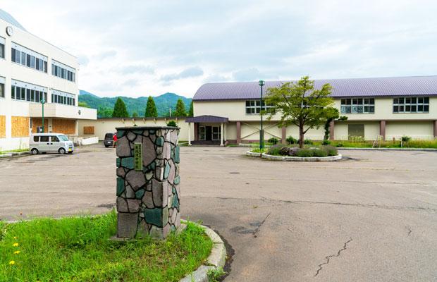 小中学校は隣り合って建っており、こちらが中学校。2010年度に大規模な改修が行われ、設備が行き届いている。(撮影:tacaё)