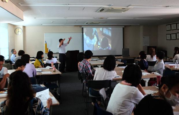 〈北海道に自由な小学校をつくる会〉の説明会の様子。説明会ではグループディスカッションの時間を設け、教育や学校に対する意見交換の場もつくられた。