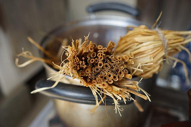 いとしまシェアハウスの田んぼで収穫した稲藁。