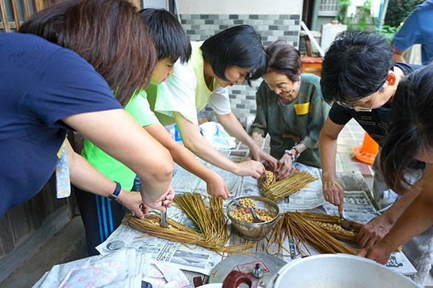 藁苞納豆づくりワークショップの風景。