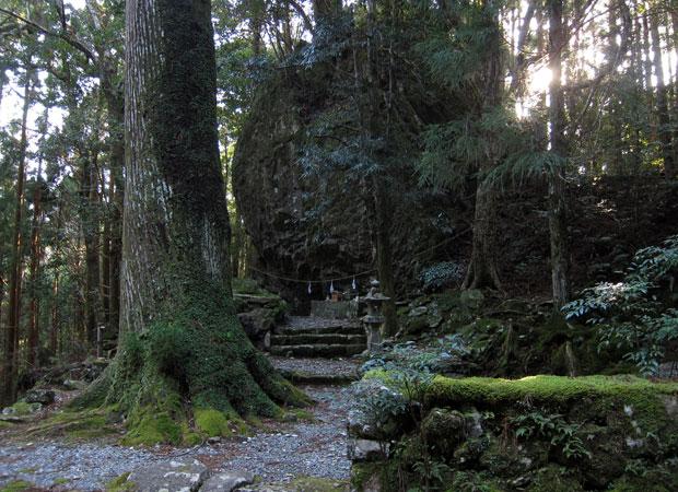 「丹倉(あかくら)神社」。階段を降りた境内でご神体を見る。