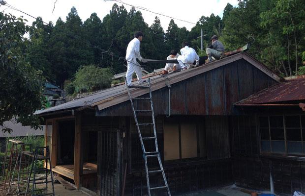 古い屋根を撤去して、新しいトタンを葺いていきます。