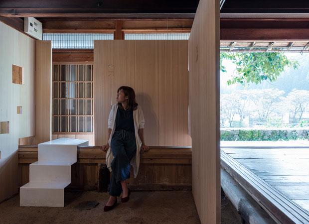 既存土台、敷居をまたぐ「ドマギャラリー」。(撮影:松村康平)