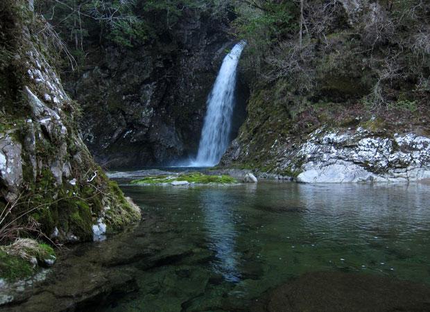 「雨滝」。写真ではスケールがわかりにくいですが、高さ約20メートル。