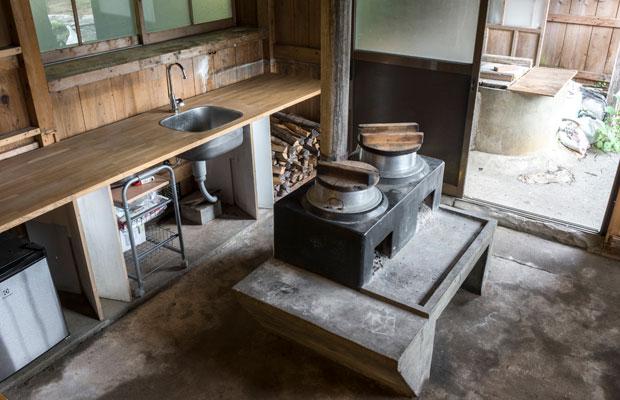 コウノイエのくど、足元に薪を置くスペースがあるモダンなデザイン。