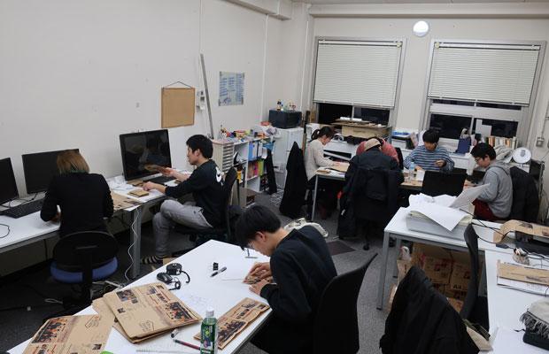 学生が総出で印刷、製本を大学でやっているところ。
