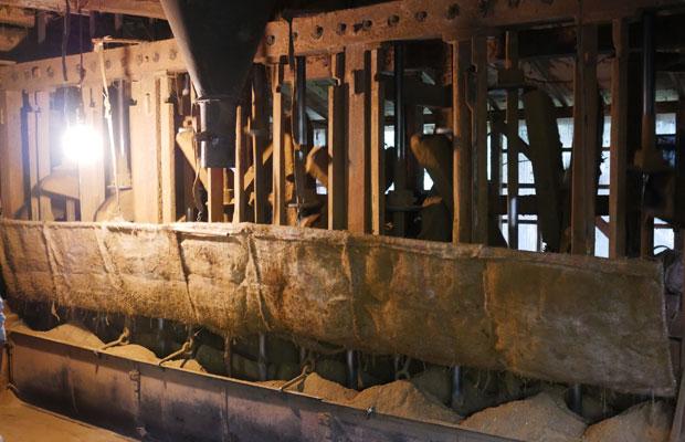水車の動力を用いて、杉の葉から線香をつくる〈馬場水車場〉。全国に2軒しかない。