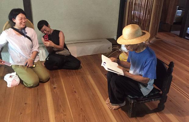 〈星野焼 源太窯〉の離れを見学。ご当主・山本源太さんが監修してリノベされた八女の杉床板が気持ち良い。季節のいい時期には、ご当主自ら茶会を催されることも。