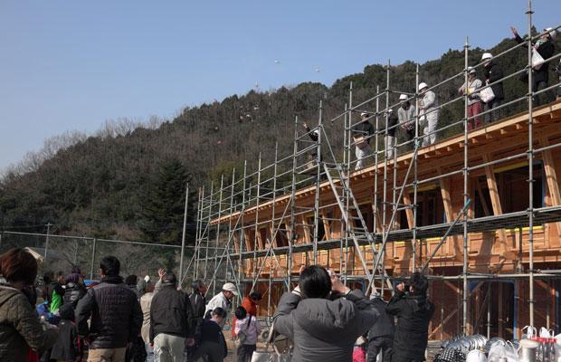 棟上げが終わり、周辺住民のみなさんが集まり、投げ餅を実施。