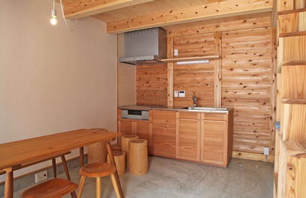 1階のリビングキッチン。キッチンは、八女の杉を使った家具作家・関内潔さん制作で、大変好評。