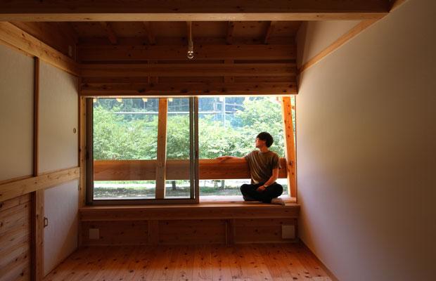 2階の床板から杉の香りがしつつ、奥八女らしい山並みと棚田が窓越しに見える。