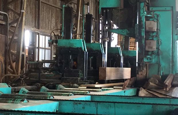木の性質をよく判断し、丸太を製材して角材にする工程。熟練の技と目が必要。
