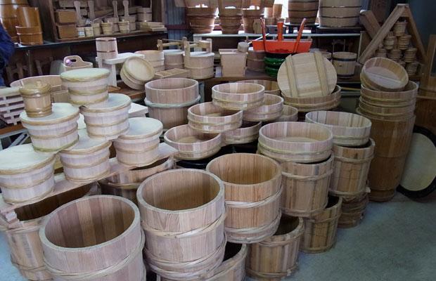 桶をつくる〈松延工芸〉。ほかにも、杉の葉線香工房、小径木工場、まな板工場、家具、大工、木彫り師、仏壇職人、提灯職人、漆職人、矢工房、独楽工房、窯、竹細工、アンテナショップ…などたくさんの方々を訪問した。