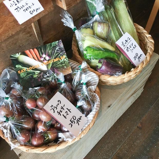 収穫した野菜をカフェに並べて販売。